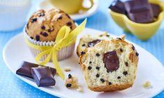 Babeczki zpłatkami czekolady zczekoladą deserową Miss Cupcake, Muffin, Breakfast, Food, Breakfast Cafe, Muffins, Essen, Yemek, Meals
