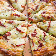 Bonne pizza au poulet! Remplacer Pesto parmesan et tomates + brocolis
