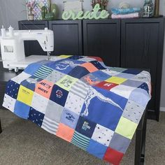 Looking for a DIY baby clothes quilt pattern? Wonder how to make a baby clothes memory quilt? Check out our DIY baby quilt tutorials, kit, books and videos! Diy Baby Clothes Quilt, Trendy Baby Clothes, Onesie Quilt, Shirt Quilt, Unique Mothers Day Gifts, Unique Baby Shower Gifts, Baby Quilt Tutorials, Girl Nursery Bedding, Baby Quilts
