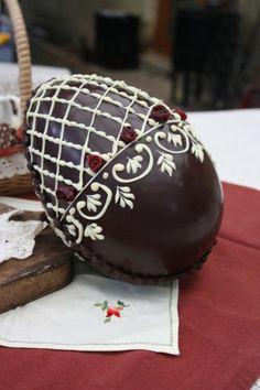 ostereier aus schokolade dunkel mit weißer Verzierung