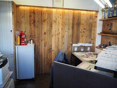 Altholz Vertäfelung Büro. Verwendet wurde sonnenverbrannte Altholz Schalung. In Szene gesetzt mit indirektem LED!   #altholz #woodart #steger #holzkunst #wood #oldwood #sunburned #sonnenverbrannt #idee #alholzidee #büroidee #office #interior #bürogestaltungaltholz #interiordesign Interiordesign, Office, Divider, Entryway, Led, Room, Furniture, Home Decor, Office Ideas