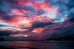 paesaggio marino Tramonto con cielo drammatico e nuvole colorate