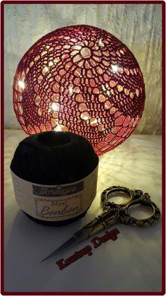 Brug for hjælp? Find svar på de mest stillede spørgsmål til lyskuglerher. Materialer: Bomuld – hæklet i Scheepjes Maxi bonbon – Rugby(ca. 21 gram) Hæklenål 2,0 Trælim Rund ballon Plastikbøt…
