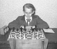 Schachspiel im Pionierhaus in Fürstenwalde, 1952 Juergen/Timeline Images #1950er #DDR  #GDR #Ostdeutschland #EastGermany #Brandenburg #Verein #Schach #Junge #Kind #FDJ #JungePioniere