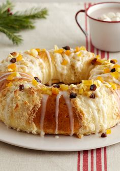 Three kings bread- Surprise everyone with this Three kings bread, perfect for your day filled with celebration. We included a video to see how to make it. Mexican Bakery, Mexican Bread, Mexican Dishes, Mexican Food Recipes, Sweet Recipes, Spanish Recipes, Kings Bread, Bolivian Food, Hispanic Dishes