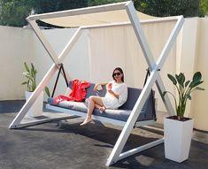 Hamaca – realizada en aluminio anodizado y tapicería en tela Sunbrella. Outdoor Furniture Plans, Metal Furniture, Home Decor Furniture, Garden Furniture, Furniture Design, Garden Swing Seat, Patio Swing, Pergola Designs, Garden Design Ideas