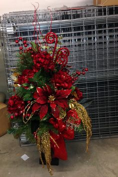 entrance way floor Christmas design red and gold Christmas Urns, Christmas Planters, Christmas Flowers, Gold Christmas, Beautiful Christmas, Christmas Holidays, Christmas Wreaths, Christmas Crafts, Christmas Ornaments