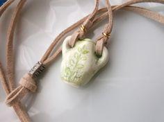 半磁器土で作った小さな花瓶。 緑色の下絵の具で植物の柄を際立たせ、透明なガラス釉を掛けて艶やかに焼きました。ガラス釉特有の細かいクラック(ヒビ)が、ユニークな...|ハンドメイド、手作り、手仕事品の通販・販売・購入ならCreema。