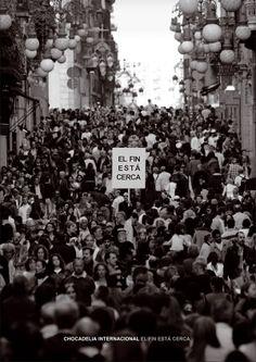 Chocadelia Internacional. Poster promocional de El Fin está cerca (2013). Fotografía de Alejo Levis tomada el 23 de abril del 2012 en la calle Ferràn de Barcelona, en pleno día de Sant Jordi, en el puto centro de la ciudad.