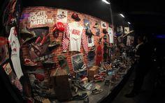 La House Of Vans è la piattaforma creativa con sede a Brooklyn che ospita e diffonde arte, musica e eventi legati alla skate culture in tutto il mondo. Ultimo, fondamentale evento, quello in corso a Berlino, in concomitanza con la settimana della moda nazionale. La mostra, allo Stadtbad Oderberger Straße, si chiama  Vintage Collector Exhibition, e comprende footwear, apparel e cimeli Vans, per celebrare i primi 47 anni di storia del brand.