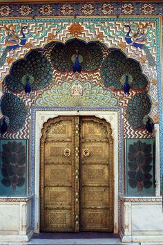 Puerta de pavo real en el Palacio de la ciudad, Jaipur en la India.