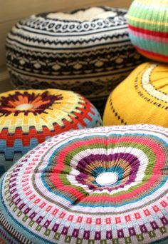 Deze vrolijk gekleurde poefjes van Etsy shop Little Miss Loolies zijn gemaakt van gerecyclede truien.