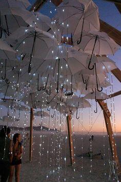 decoración muy original para boda con paraguas y luces
