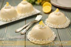 Delizie al limone una ricetta tipica della costiera Sorrentina. Dolci a forma di cupola con base di pan di spagna farciti con crema al limone e limoncello