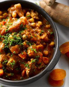 Een heerlijk pittig Marokkaans stoofpotje met lam, zoete aardappel en kikkererwten. Een echt toppertje voor wie houdt van Midden-Oosterse smaken!