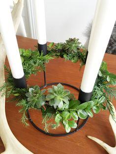 Indlægget er sponsoreretJeg elsker sort/hvid kontrasten, men det er egentlig ikke noget jeg bevist er gået efter at kontoret hovedsageligt skulle være sort/hvid. Men jeg må nok indrømme at jeg hurtig bliver træt af en farve. Så sort/hvid er det perfekte udgangspunkt for mig. Så kan jeg alti.... Advent Candles, Bowls, Scandinavian, Ornament, Table Decorations, Plants, Christmas, Creativity, Home Decor