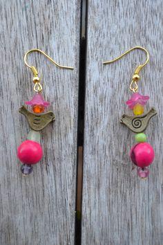 Boucles d'oreille oiseau bronze avec graine açaï fuchsia : Boucles d'oreille par les-perles-de-eihpos