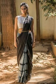 Easy and simple 10 party wear saree draping styles to try. Easy steps and saree hacks to try Bengali Saree, Saree Draping Styles, Saree Styles, Blouse Styles, Indian Dresses, Indian Outfits, Phulkari Saree, Saree Gown, Satin Saree