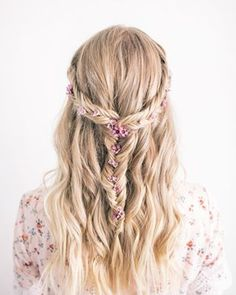 Are you going to Coachella, Stagecoach, or another music festival? We're sharing some major braid inspo for your hair #onIBTtoday! These boho braids will keep your hair tame in the heat, and are still soooo cute! (Link in bio, Photo via @theblondielocks)