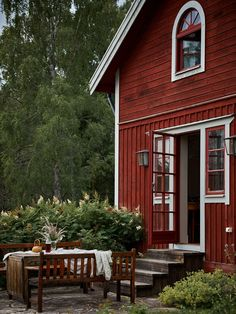 Today our story is about a home with a soul. This traditional Scandinavian cottage with a red facade is lost somewhere in the Swedish countryside, in the ✌Pufikhomes - source of home inspiration Swedish Farmhouse, Swedish Cottage, Swedish Decor, Red Cottage, Cottage Chic, Modern Farmhouse Exterior, Scandinavian Cottage, Scandinavian Apartment, Cottage Design
