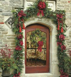 Beautiful Entry - love the Holiday Garland!