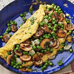 Farm omelette filled with green peas and mushrooms 15 Min Meals, No Cook Meals, Healthy Recepies, Healthy Snacks, Diet Food To Lose Weight, Veggie Recipes, Vegetarian Recipes, Healthy Cooking, Cooking Recipes
