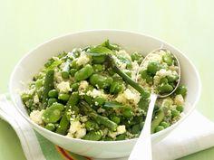 Bohnen, Erbsen und grüner Spargel harmonieren mit frischer Minze und Zitrone: Couscous mit grünem Gemüse | Zeit: 30 Min. | http://eatsmarter.de/rezepte/couscous-mit-gruenem-gemuese