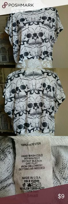 Skull crop top Cute skull crop top.  Perfect over a tank top or by itself.  Tag says small but would also fit medium Tops Crop Tops