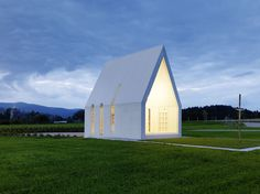 Architectes have designed the Maria Magdalena family chapel, located in Zollfeld, Austria. The architect's description The family chapel Maria Magdalena by the architect Gerhard Sacher is a spectacular sculptural object made of white [. Sacred Architecture, Religious Architecture, Church Architecture, Residential Architecture, Architecture Design, Bamboo Architecture, Maria Magdalena, Architecture Religieuse, Modern Church