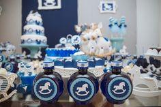 Nesse chá de bebê, todos os itens personalizados, como as garrafas de água, foram desenvolvidos pela Scrap Encanto com as cores azul e branco, escolhidas pela futura mãe