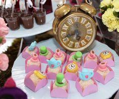 Um dos primeiros posts que publiquei aqui no blog foi uma festa Alice no País das Maravilhas, sabiam? Eu acho o tema muito gracioso para a comemoração do a