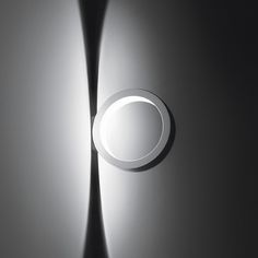 #Assolo A LED luminaire featuring a linear and compact design, once it has been switched on, traces a pair of counterbalanced semicircles of light. By positioning the lamp in vertical, horizontal or staggered series, an infinite array of lighting patterns can be created.