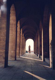 第2次世界大戦直前。 .   1942年に開催が予定されていたローマ万国博覧会のために、 当時のファシスト党の党首ムッソリーニが、 ローマ近郊に建設した新都市EUR(エウル)。   .   結局は、 その後に始まる大戦によって、 万博は開催されず、 新都市の建設は、完成することなく、 頓挫することになりました。  .   その新都市の一部になるべく、 一足早く完成した建築、イタリア文明館。  .   「(古代ローマの)栄光の歴史と近代主義」という、 ファシズムの理念を体現した、その表現。  ....