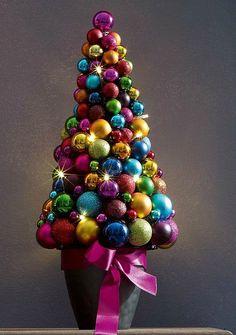 Топиарий из шаров в форме елки