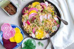 Couscoussalade met gerookte makreel, gekleurde bietjes en harissadressing