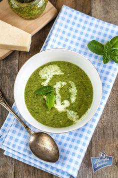Zupa brokułowa ze szpinakiem i pesto