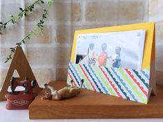 春は出会いと別れの季節。お別れしてしまうお友達に思い出の写真をプレゼントしませんか?今回ご紹介するのは写真立てにもなるラッピングカード。L版の写真を10枚程度入れることができます。お友達との大切な思い出をかわいくラッピン… Diy And Crafts, Packaging, Frame, Cards, Handmade, Gifts, Wrapping, Scrapbooking, Picture Frame