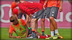 Kingsley Coman verletzt sich im Bayern-Training am Sprunggelenk und muss mit dem Golf-Cart abtransportiert werden. An der Trage packt sogar Weltmeister Boateng mit an! Gute Besserung, King.