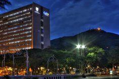 Santiago de Cali en Valle del Cauca  Cali, oficialmente Santiago de Cali, es la capital del departamento del Valle del Cauca, es la tercera ciudad más poblada de Colombia.   Está situada en la región Sur del Valle del Cauca, entre la cordillera occidental y la cordillera central de los Andes.