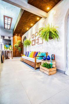 Criada pela designer de interiores Elisângela Alves, a varanda de 13 m² é o refúgio de um artista eclético, que tem o tema sustentabilidade como fonte de inspiração. Molduras vazias na parede reforçam a atmosfera artística. As luminárias de LED feitas com portas de demolição e canos de PVC criam um ambiente intimista e aconchegante.