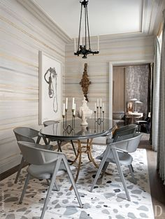 Столовая. Обеденный стол по дизайну Роже Тибье 1940-х годов; стулья по дизайну Жака Адне 1950-х годов из здания ЮНЕСКО в Париже; бронзовая люстра 1840-х годов; ковер по эскизу Жан-Луи Денио изготовлен в Galerie Diurne.
