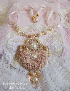 Que de grains de riz avec ces petites rocailles caramel et rose poudré. Un design qui nous laisse emporter avec ce collier vintage Poudre de Riz, vous pouvez le voir sur : http://lesmerveillespat.canalblog.com/ http://www.alittlemarket.com/boutique/les_merveilles_de_perles-805099.html