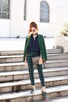Apenas um dos meus looks favoritos com calça xadrez, tons de verde e azul marinho e estampa de oncinha. Clica pra ver mais!