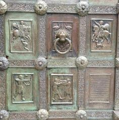 Porta di Bronzo del Duomo di Ravello (1179) - il restauro ha comportato anche lo spostamento di alcune formelle