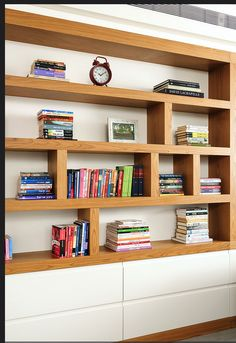 ספריה - שילוב של עץ וחלק תחתון סגור בלבן Dinning Room Shelves, Bookshelves In Living Room, Bookshelves Built In, Home Library Design, Home Office Design, Home Office Decor, Living Room Designs, Living Room Decor, Creative Bookshelves