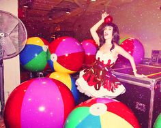 Katy Perry! ..dressed as a CUPCAKE!