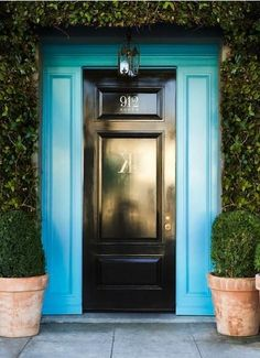 Contrast a glossy black door with a bold blue! #CasaDeCarson