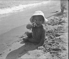 Niño en la playa de Cullera, entre 1919-1927. Fotografía de Francisco Roglá López, (1894-1936). Colección de Colección de fotografías de Cullera I. Donación Familia Roglá