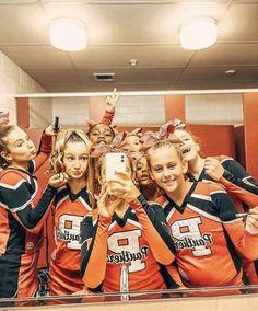Cheerleading Team Photos, Cheer Stunts, Cheerleading Outfits, Cheer Dance, Cute Cheer Pictures, Cheer Picture Poses, Cheer Pics, Cheers Photo, Softball