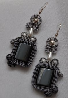 . Clay Earrings, Beaded Earrings, Ideas Joyería, Black Jewel, Soutache Jewelry, Homemade Jewelry, Jewelry Patterns, Shibori, Beaded Embroidery